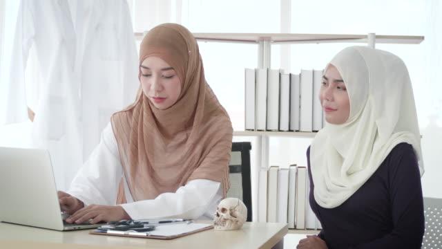 vidéos et rushes de docteur musulman de femme examinant au patient musulman - moyen orient