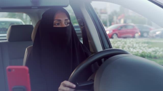 muslimische frau autofahren - saudi arabien stock-videos und b-roll-filmmaterial