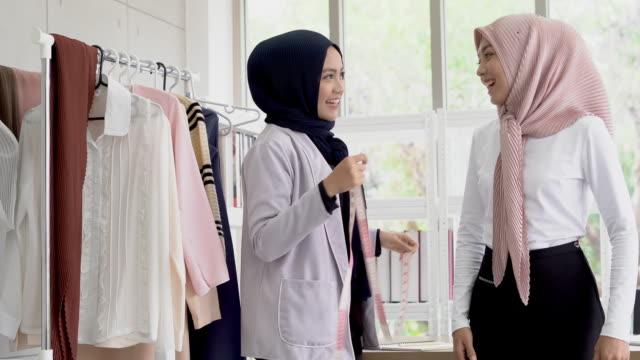 彼女の測定を取るイスラム教徒の女性ファッションデザイナーファッションデザイナー - トルソー点の映像素材/bロール