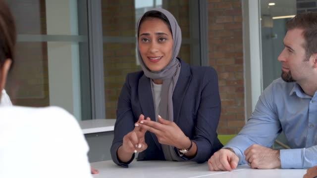 vídeos de stock e filmes b-roll de muslim woman leads meeting - islamismo