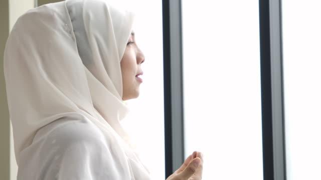 vidéos et rushes de femme musulmane priant - fidèle religieux