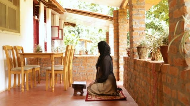 vídeos de stock, filmes e b-roll de mulher muçulmana leitura alcorão - vestuário modesto