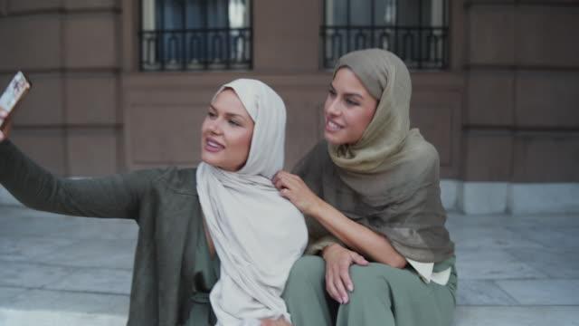 vídeos de stock, filmes e b-roll de mulher muçulmana toma selfie - vestuário modesto