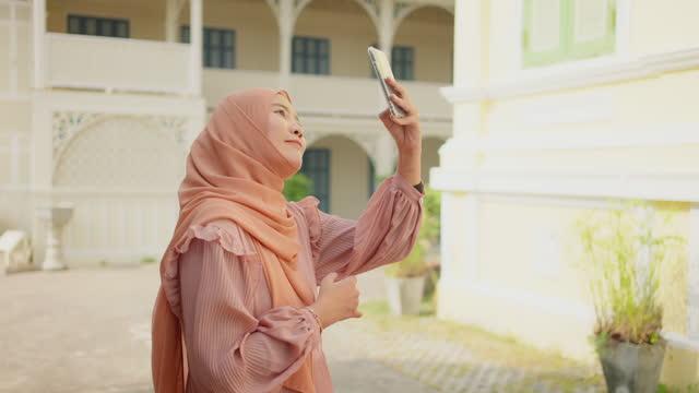 stockvideo's en b-roll-footage met moslim vrouwentoerisme - religion