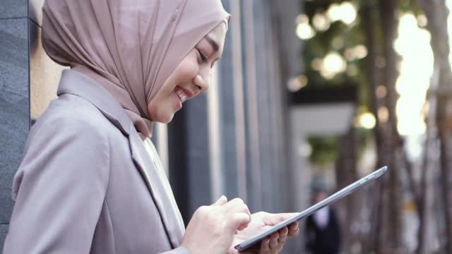 vídeos y material grabado en eventos de stock de mujer musulmana usan tableta digital - the nature conservancy