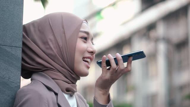 vídeos y material grabado en eventos de stock de mujer musulmana utiliza el correo de voz del teléfono inteligente. - the nature conservancy
