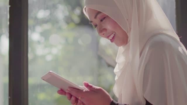 コーヒーショップでタブレットを使用してイスラム教徒の女性。 - モロッコ文化点の映像素材/bロール