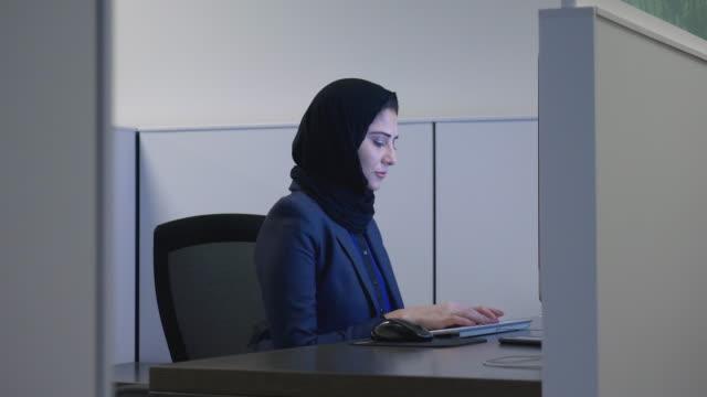 vidéos et rushes de femme musulman travaillant - vêtement religieux