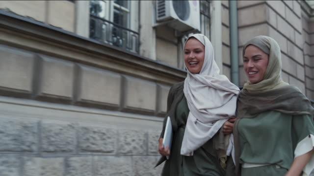 vídeos de stock, filmes e b-roll de mulheres muçulmanas, pegando um táxi - vestuário modesto