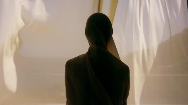 ヴィラでヒジャーブのイスラム教徒の女性 - ヒジャブ点の映像素材/bロール