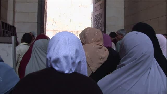 vídeos de stock, filmes e b-roll de muslim women leave a mosque after they worship. - véu