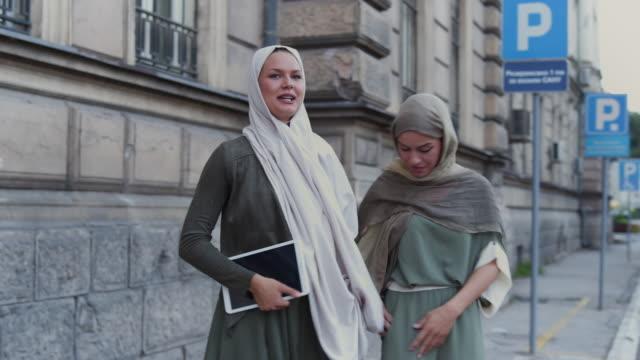 vídeos de stock, filmes e b-roll de mulheres muçulmanas esperando por táxi - vestuário modesto