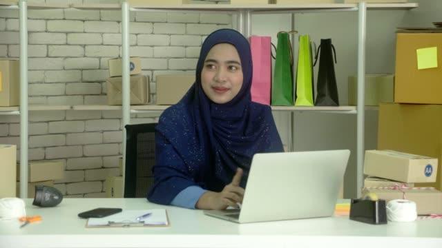 vidéos et rushes de femmes musulmanes avec un sourire sur le stress. - vêtement religieux