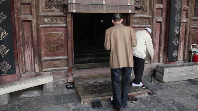WS Muslim worshipers entering main Hall of mosque/xian,shaanxi,China