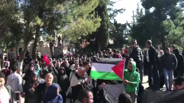muslim worshipers gathering to perform the first friday prayer at alaqsa mosque compound after us president donald trump's announcement to recognize... - moschea video stock e b–roll