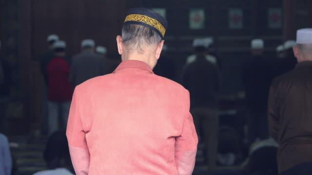 ls muslim worshipers praying in mosque/xian,shaanxi,china - skull cap stock videos & royalty-free footage