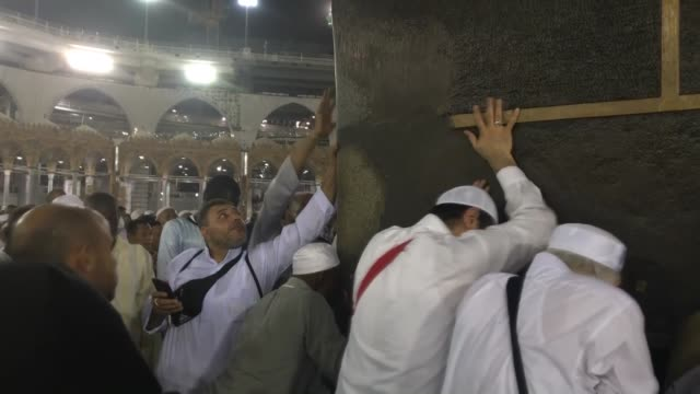 stockvideo's en b-roll-footage met muslim worshippers circle around the kaaba islam's holiest site located in the center of the masjid alharam in the holy city of mecca saudi arabia on... - gelovige