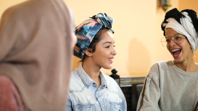vídeos de stock e filmes b-roll de muslim young women having a lunch break together in an arab restaurant - islamismo