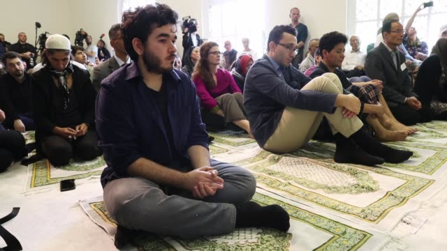 muslims both women and men attend friday prayers during the opening of the ibnrushdgoethe mosque on june 16 2017 in berlin germany the new liberal... - moské bildbanksvideor och videomaterial från bakom kulisserna