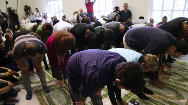 muslims both women and men attend friday prayers during the opening of the ibnrushdgoethe mosque on june 16 2017 in berlin germany the new liberal... - islam stock-videos und b-roll-filmmaterial