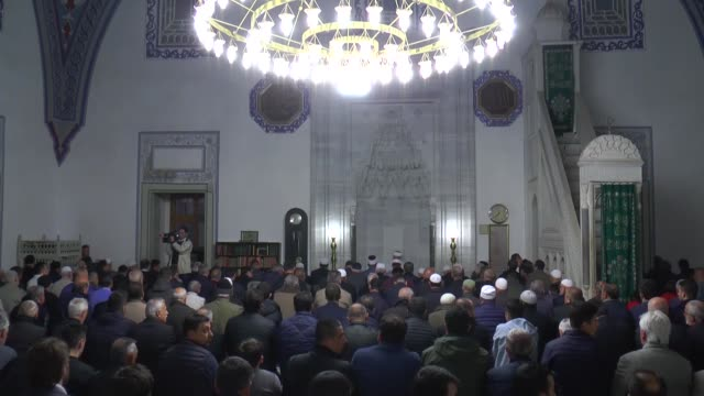 vídeos y material grabado en eventos de stock de muslims observe the holy night of barat, which is regarded as the night of forgiveness and salvation, on april 19, 2019 at mustafa pasha mosque in... - perdón