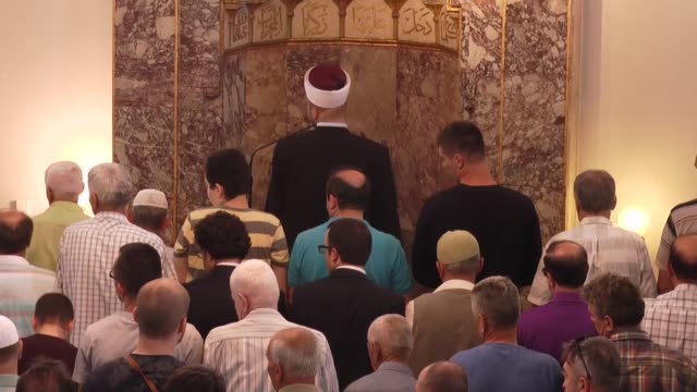 vídeos de stock, filmes e b-roll de muslims perform a funeral prayer in absentia for democracy martyrs of turkey following friday prayer at gazi husrev bey mosque in sarajevo bosnia and... - república da macedônia