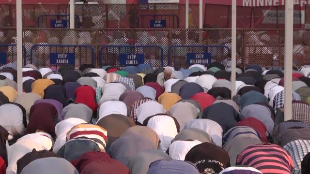 vídeos y material grabado en eventos de stock de muslims perform eid al-adha prayer at eyup sultan mosque in istanbul, turkey, on september 12, 2015. muslims worldwide celebrate eid al-adha, to... - género humano