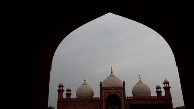 muslims perform eid alfitr prayer during the eid alfitr holiday at wazir khan mosque in lahore pakistan on july 06 2016 muslims around the world are... - punjab pakistan bildbanksvideor och videomaterial från bakom kulisserna