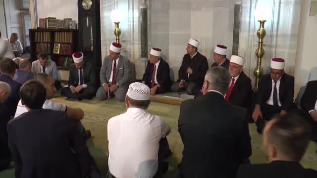 vídeos de stock, filmes e b-roll de muslims perform eid prayer at mustafa pasha mosque on the first day of the muslim festival of eid aladha on august 11 2019 in skopje north macedonia - república da macedônia