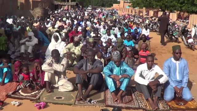 muslims perform eid prayer on the first day of the muslim festival of eid al-adha on august 22, 2018 in niamey, niger. - ニアメ点の映像素材/bロール