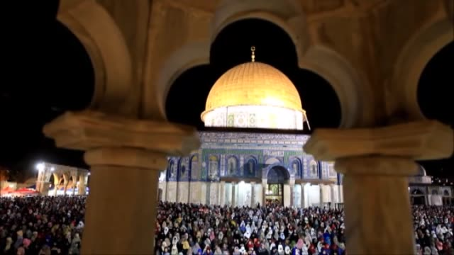 stockvideo's en b-roll-footage met muslims perform prayer at alaqsa mosque compound in the old city of jerusalem on july 01 2016 as they observe the laylat alqadr the night in which... - rotskoepel