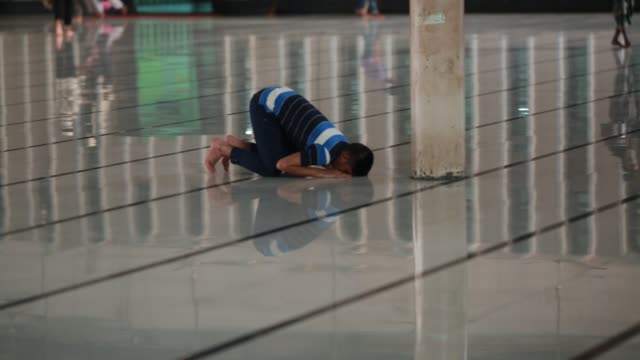 muslims pray during a special prayer at the national mosque of bangladesh to mark shab-e-barat or 'night of forgiveness' in dhaka, bangladesh on may... - islam stock videos & royalty-free footage