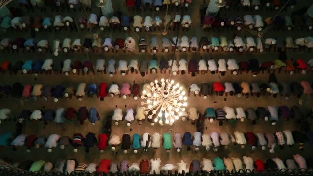 muslims pray during a special prayer at the national mosque of bangladesh to mark shab-e-barat or 'night of forgiveness' in dhaka, bangladesh on may... - ラマダン点の映像素材/bロール