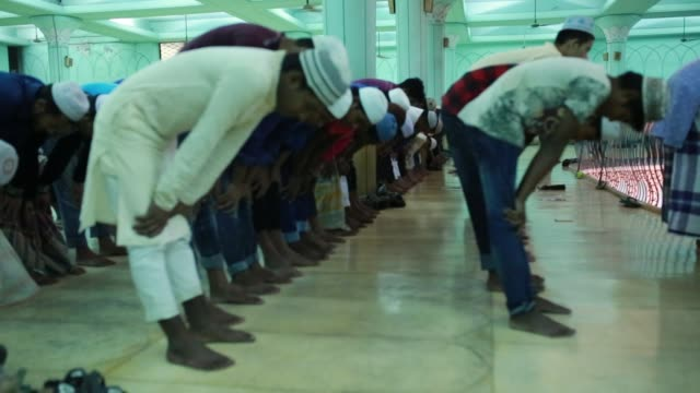 muslims pray during a special prayer at the national mosque of bangladesh to mark shabebarat or 'night of forgiveness' in dhaka bangladesh on may 01... - moschea nazionale kuala lumpur video stock e b–roll