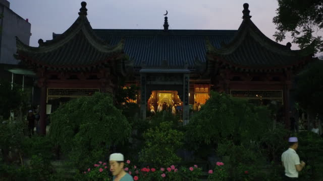 muslims pray in a chinese style mosque on june 15, 2017 in xi'an, china. xi'an is one of the oldest cities in china, it is the oldest of the four... - gerusalemme est video stock e b–roll