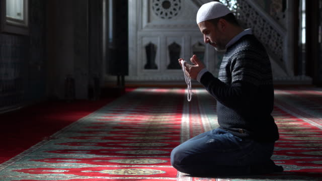 muslime beten in der moschee - religion stock-videos und b-roll-filmmaterial