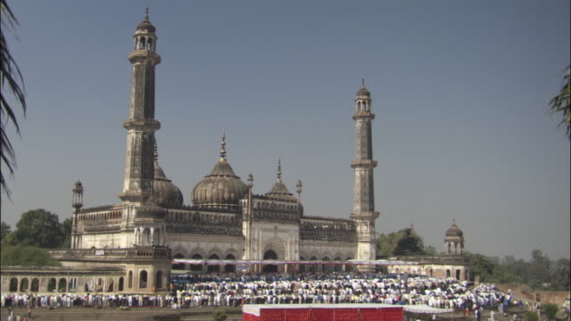 ws, muslims praying in front of masjid-i-jahan numa, delhi, india - 17th century style stock videos & royalty-free footage