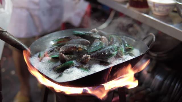 ムール貝は鍋に白ワインで調理されます。 - ムール貝点の映像素材/bロール