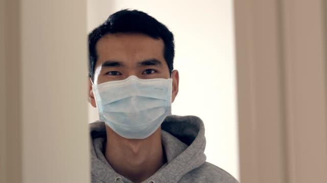 vídeos y material grabado en eventos de stock de debo estar en casa debido al virus en el área pública - un solo hombre joven