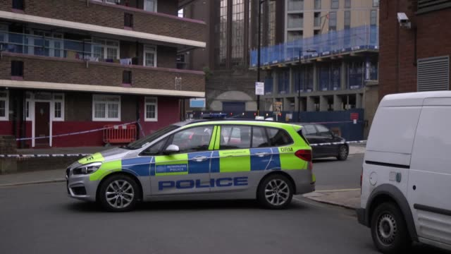 *mute audio* the scene on tiverton street in southwark where a murder investigation is underway following the fatal stabbing of a teenager - stechen stock-videos und b-roll-filmmaterial