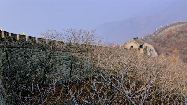 mutianyu section of the great wall of china 慕田峪 - mutianyu stock-videos und b-roll-filmmaterial
