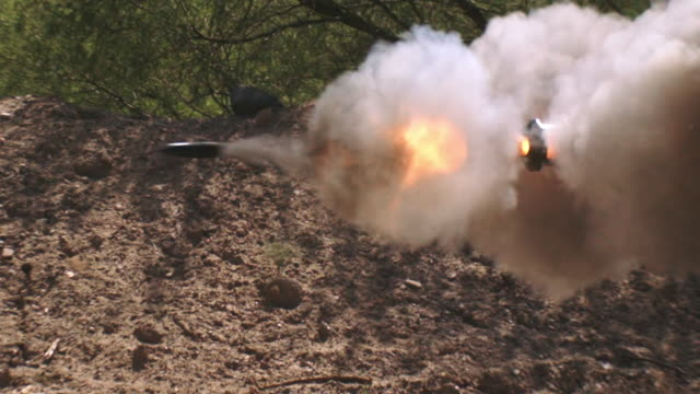 vidéos et rushes de cu slo mo muzzle brake firing on m18 hellcat tank / peoria, arizona, united states - char véhicule blindé