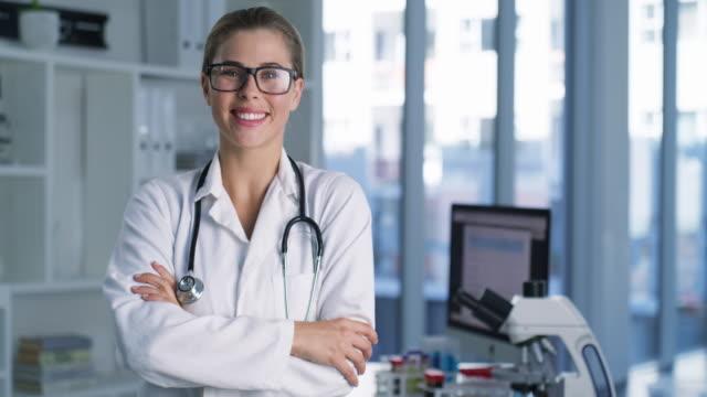 vídeos de stock, filmes e b-roll de meu objetivo é fazer contribuições impactantes para a ciência e a medicina - óculos