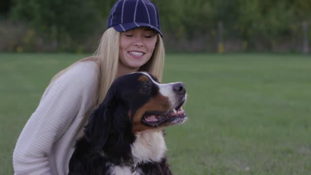 vídeos de stock e filmes b-roll de a minha melhor amiga - trela de animal de estimação