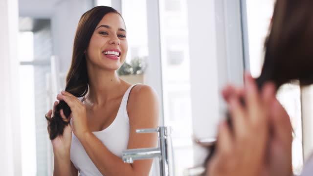 vídeos de stock e filmes b-roll de my crown is cared for - casa de banho doméstica