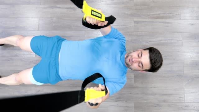 vídeos de stock, filmes e b-roll de minha máquina de ginásio favorita - aparelho de musculação