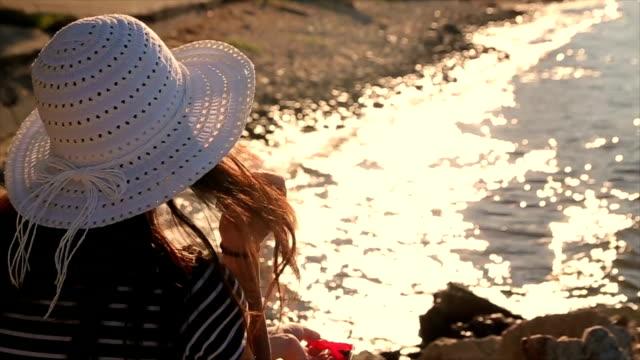 vídeos de stock, filmes e b-roll de meus cinco minutos - artigo de vestuário para cabeça