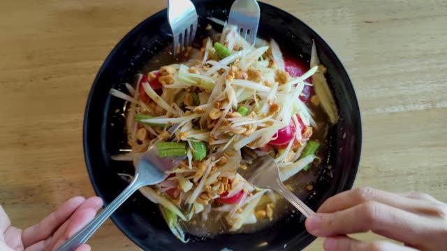 友人と私はレストランでパパイヤサラダを食べました。 - 食品 ピーナッツ点の映像素材/bロール