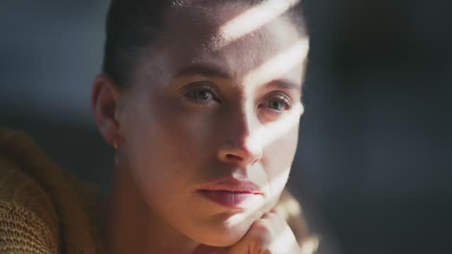 私の心はこんなに重く感じたことがない - 月経前緊張症候群点の映像素材/bロール