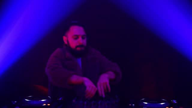 stockvideo's en b-roll-footage met mijn taak als dj is om mensen te laten dansen - club dj